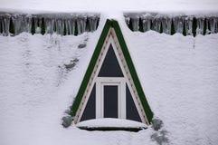 Dachboden-Fenster im Schnee Stockfotografie