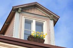 Dachboden mit Blumen auf dem Fensterbrett Lizenzfreies Stockbild