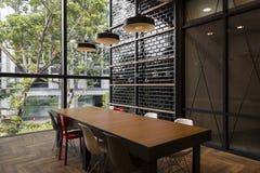 Dachbodenart-Sitzungsraum mit Straßenansicht Lizenzfreies Stockbild