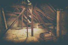Dachbodendachbodenisolierung Alter Dachboden Erneuerung und Wärmedämmung mit Mineralsteinwolle Addieren Sie Farbfilter Stockfotografie