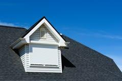 Dachbodenfenster auf dem mit Ziegeln gedeckten Dach Stockfoto