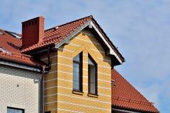 Dachbodenfenster auf Ziegeldach Stockfoto