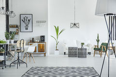 Dachbodeninnenraum in der skandinavischen Art stockfoto