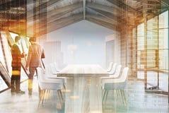 DachbodenKonferenzzimmer, hölzerne Decke und Tabelle, Männer Stockbild