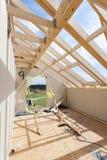 Dachbodenraum im Bau mit Gipskartonplatten Deckungs-Bau Innen Hölzerner Dach-Rahmen-Haus-Bau lizenzfreie stockfotografie