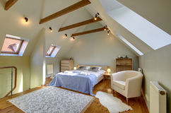 Dachbodenschlafzimmerinnenraum Stockfotografie