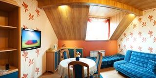 Dachbodenschlafzimmerpanorama Stockfotografie