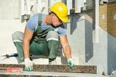 Dachdecker an den Granittreppe-Methoden-Bauarbeiten Stockbilder