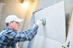Dachdecker, der Fliese des großen Formats auf Wand installiert nach Hause zuhause Erneuerung lizenzfreie stockfotografie