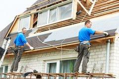 Dachdeckerarbeiten mit Flexdach Lizenzfreie Stockbilder