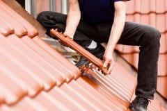 Dachdeckerbedeckungdach mit neuer Fliese