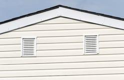 Dachentlüftungen auf Seite eines Dachbodens Stockbilder