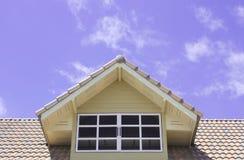 Dachfenster auf blauem Himmel Lizenzfreies Stockfoto