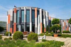 Dachgartenterrasse mit brise soleil Sonnenunterbrechern auf moderner Bürogebäudefassade, Wärmeschutz, globale Erwärmung, stützbar lizenzfreie stockfotos