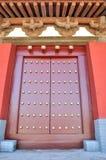 Dachgesims und Tür in der chinesischen traditionellen Art Stockfotos