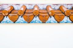 Dachgesimse auf einer weißen Wand des chinesischen Tempels Stockbild