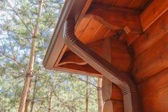 Dachgossensystem auf Blockhaus im Wald Lizenzfreies Stockfoto