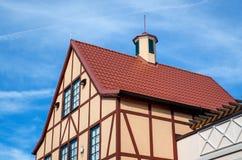 Dachhaus mit roten Fliesen lizenzfreie stockfotografie