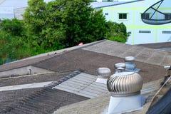Dachlüfter, Drehfan, Belüftung im Gebäude stockfotos