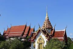 Dachlandschaft des thailändischen Tempels mit Giebelspitze auf die Oberseite, Thailand stockbilder