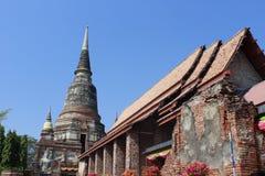 Dachlandschaft des thailändischen Tempels mit Giebelspitze auf die Oberseite, Thailand lizenzfreies stockfoto
