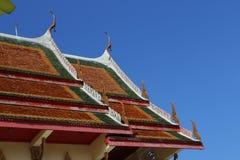 Dachlandschaft des thailändischen Tempels mit Giebelspitze auf die Oberseite, Thailand lizenzfreie stockfotos