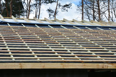 Dachowa kontrahent naprawa Drewniana dachowa budowa dom Moscow budynku miasta Instalacja drewniani promienie Zdjęcia Stock
