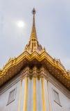 Dachowa laythai świątynia z niebem obraz stock