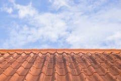Dachowa płytka na niebieskim niebie i bielu obłocznym tle Zdjęcie Stock