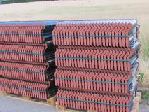 Dachowa płytka na palecie Brogować wpólnie Stos ceramiczna dachowa płytka zdjęcie stock