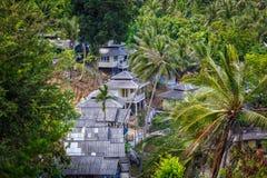 Dachowi bungalowy w palmowej dżungli Zdjęcia Royalty Free