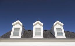 Dachowi Dormers i Windows Przeciw Głębokiemu niebieskiemu niebu Obraz Stock
