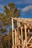 Dachowi promienie Pogodny jesienny wieczór przy budową drewniany dom niedokończone w domu Obrazy Royalty Free