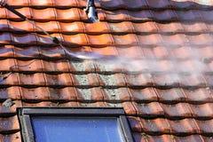 Dachowy cleaning z wysokość naciskiem Obrazy Stock