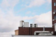 Dachowy nawiewnik na niebieskim niebie fotografia royalty free