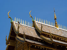Dachowy styl tajlandzka świątynia z dwuokapowym apeksem na wierzchołku, Thailand obraz royalty free