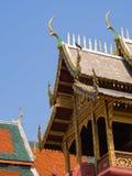 Dachowy styl tajlandzka świątynia z dwuokapowym apeksem na wierzchołku, Thailand Zdjęcia Royalty Free