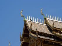 Dachowy styl tajlandzka świątynia z dwuokapowym apeksem na wierzchołku, Thailand zdjęcie royalty free