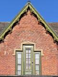 Dachowy szczyt z ciekawymi okno przeciw niebieskiemu niebu obraz stock