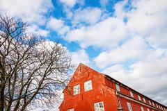 Dachowy terakotowy koloru koszary w Kastellet fortecy i chmurnym niebie copenhagen Denmark zdjęcie royalty free