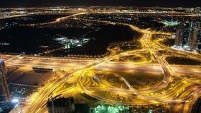 Dachowy widok na wysokich noc ruchu drogowego rozdrożach zbiory wideo
