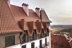, dachowymi i błyszczącymi w górę budynek fasadowej powierzchowności z stiuk ścianą, obsada żelaznymi balkonowymi poręczami, stro zdjęcie royalty free