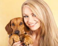 Dachshundhund und Mädchenblondine Lizenzfreie Stockfotos