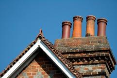 Dachspitze auf freiem blauem Himmel lizenzfreies stockfoto