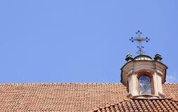 Dachspitze der christlichen Kirche Stockbilder