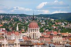 Dachspitze des Parlaments-Gebäudes in Budapest stockfotografie
