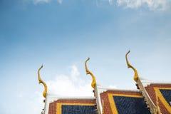 Dachspitze des Tempels Stockfotos