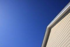 Dachspitze mit blauem Himmel stockbilder