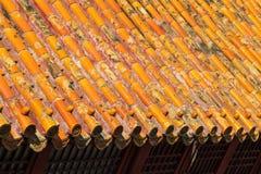 Dachspitze mit dekorativen Drachefliesen Stockfoto