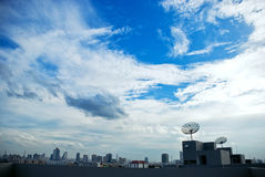 Dachspitze mit Satelliten Lizenzfreie Stockfotos